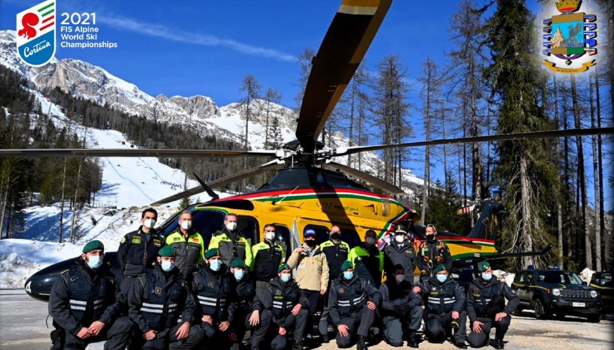Luca De Aliprandini festeggiato dai colleghi della Guardia di Finanza