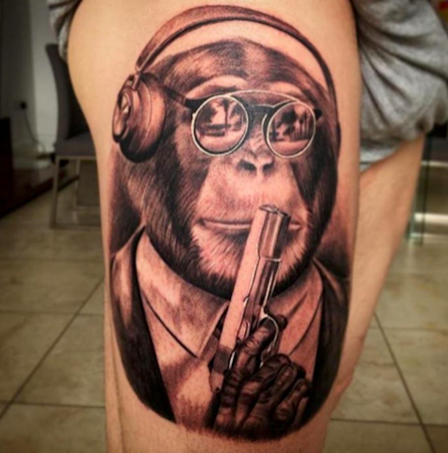 alberto moreno scimmia con pistola e cuffie