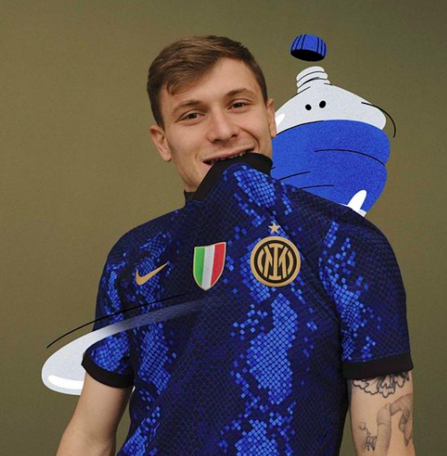 L'Inter presenta la nuova maglia per la stagione 2022