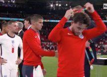 Perché gli inglesi si tolgono la medaglia durante la premiazione